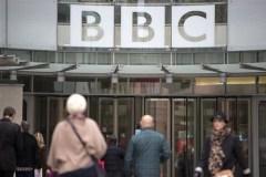 Impiegati all'ingresso della sede della BBC