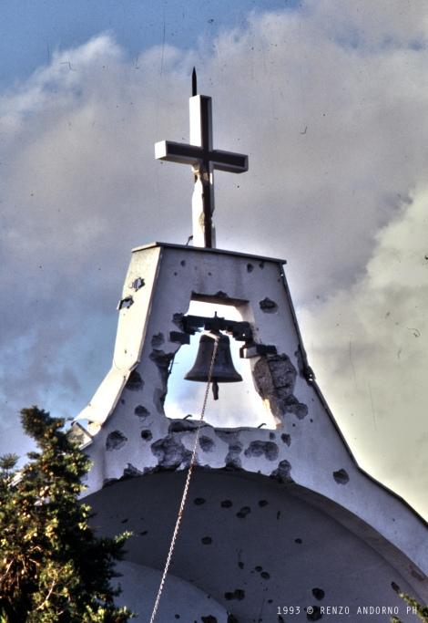 Il campanile del convento crivellato di colpi.