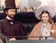 Ronald Pickup nei panni di Giuseppe Verdi, accanto a Carla Fracci nello sceneggiato Rai del 1982