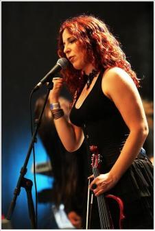 La cantante e violinista degli Stream of Passion, Marcela Bovio