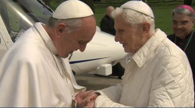 papi benedetto xvi francesco i abbraccio
