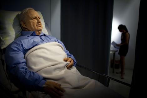 La controversa scultura di Braslavsky, raffigurante Sharon nel letto di ospedale